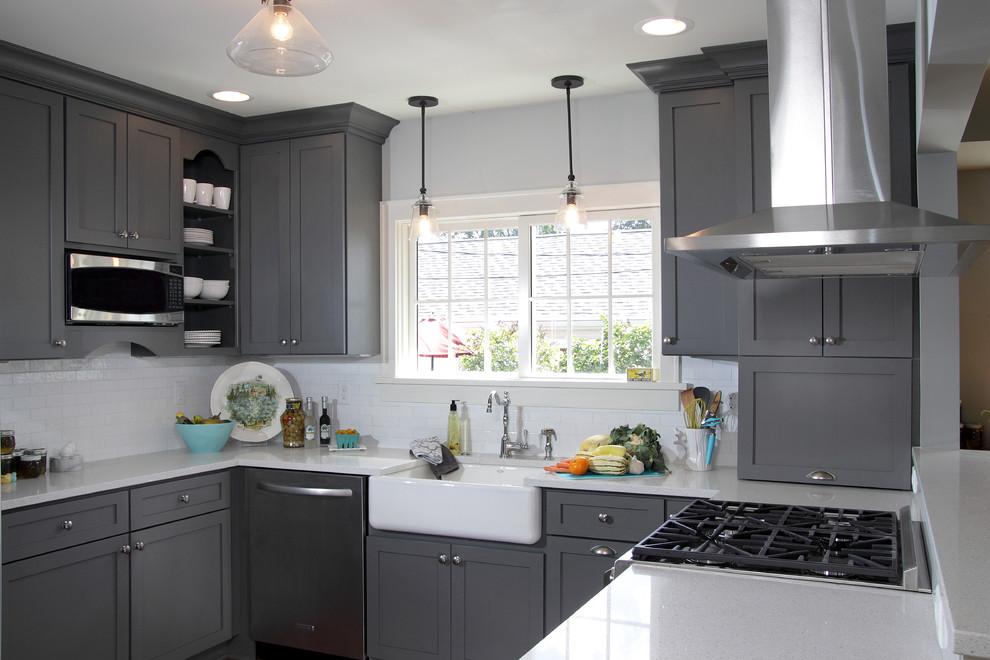 Интерьер кухни в бело сером цвете фото