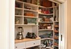 Встроенная кладовая в интерьере кухни