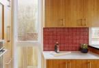 Шиканый красный кухонный фартук в интерьере кухни