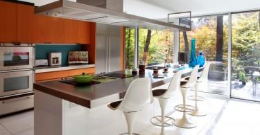 Стильная вытяжка над кухонным островом