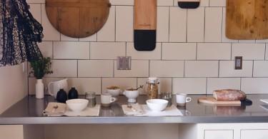 Знообразные по размеру и форме разделочные доски в интерьере кухни