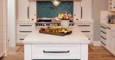 Бирюзовая плитка в интерьере современной кухни