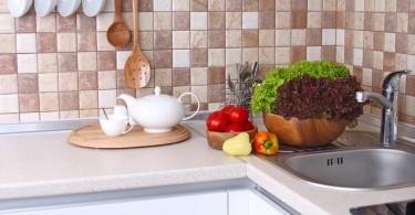 Кухонный фартук,оформленный цветной плиткой