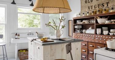 Американский кантри с винтажной мебелью в интерьере кухни