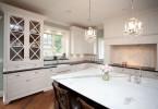Шикарная люстра в интерьере кухни