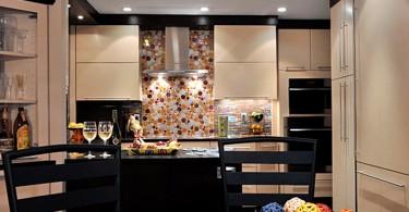 Красочный фартук в интерьере кухни