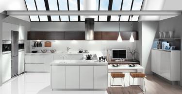 Современный интерьер белоснежной кухни