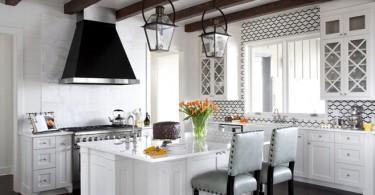 Практичная вытяжка в интерьере кухни