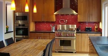 Оформление кухонного фартука бордовой мозайкой