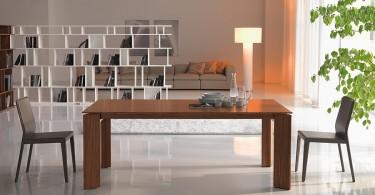 Деревянный обеденный стол в интерьере столовой