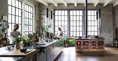 Дровяная печь в современном интерьере кухни