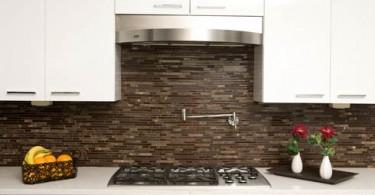 Коричневая стеклянная плитка в интерьере кухни