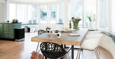Деревянный обеденный стол в интерьере кухни
