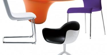 Разноцветные пластиковые стулья и стол для кухни