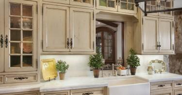 Состаренная мебель в интерьере кухни