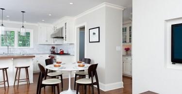 Современный дизайн интерьера белоснежной кухни-столовой