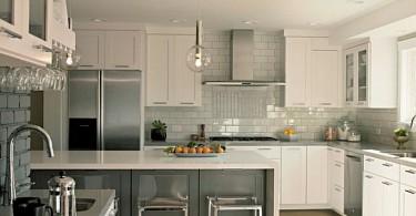 Серая плитка фартука в интерьере кухни
