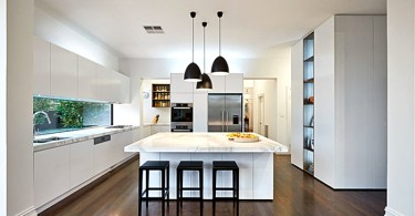Чёрные подвесные светильники в интерьере кухнимализм