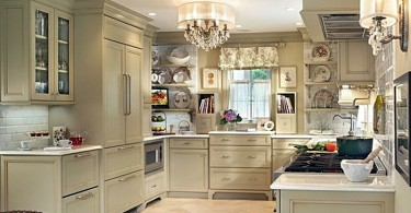 Роскошная круглая люстра на потолке кухни