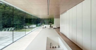 Дизайн длинного кухонного острова в интерьере кухни
