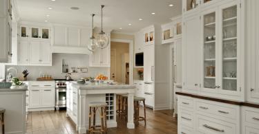 Светлый каррарский мрамор в интерьере кухни