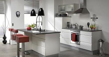 Красные акценты в оформлении серой кухни