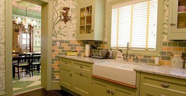 Очаровательная кухня светло-зеленого оттенка в классическом стиле