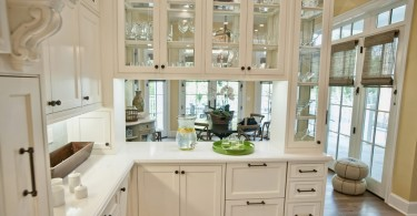 Стеклянный фасад белоснежного кухонного шкафа