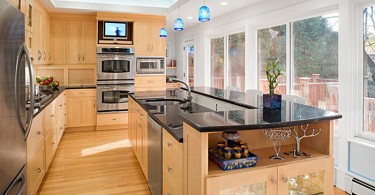 Голубые повесные плафоны в интерьере просторной кухни