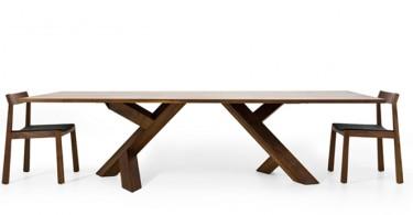 Большой деревянный обеденный стол со стульями