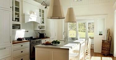 Большие подвесные светильники в интерьере кухни