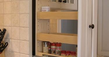 Встроенная выдвижная полка для хранения специй на кухне