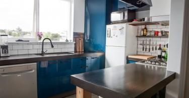 Интерьер кухни в небесно-голубых тонах
