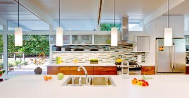 Светлая кухня с ярким мозаичным щитком