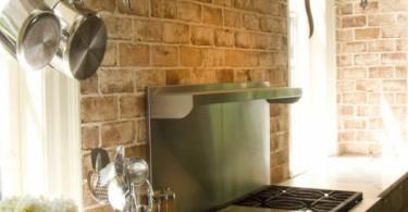 Интерьер кухни с фартуком из красного кирпича