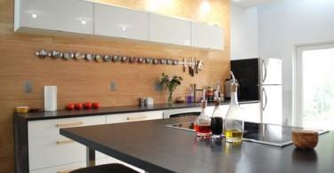 Магнитная полка для специй в интерьере кухни
