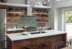 Кухонный остров со встроенной раковиной и мраморной столешницей
