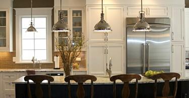 Металлические подвесные светильники в интерьере кухни