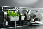 Металлические крючки в кухонном интерьере
