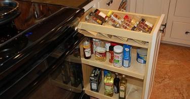 Удобные выдвижные ящики в интерьере кухни