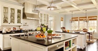 Роскошная белая кухня с чёрными столешницами