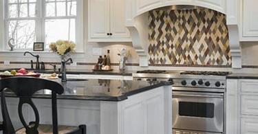 Кухонный фартук с разноцветной ромбовидной плиткой