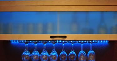Синяя неоновая подсветка полок на кухне