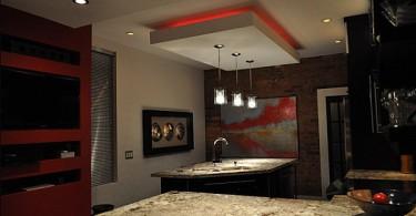 Красная неоновая подсветка под потолком кухни
