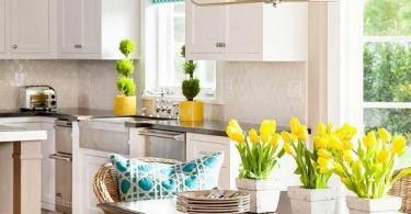 Элегантный интерьер белоснежной кухни