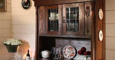 Винтажный сервант в деревенском интерьере кухни