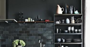 Строгий чёрный цвет в оформлении интерьера кухни