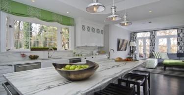 Дизайн интерьера белой кухни Makeover от Case Design/Remodeling, Inc