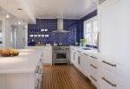 Эффектный дизайн интерьера просторной кухни
