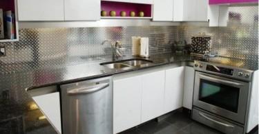 Стена, облицованная алюминием в интерьере кухни